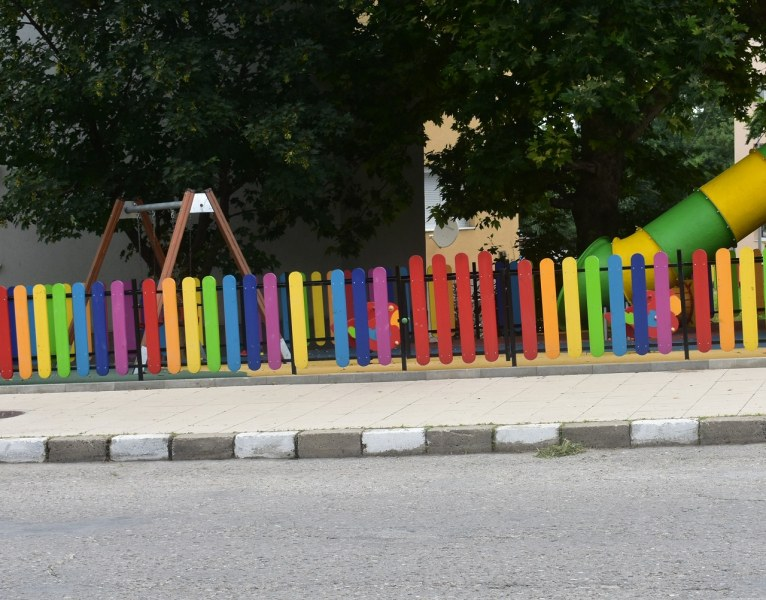 Ремонтират поетапно детските площадки в Асеноград, половината вече са готови
