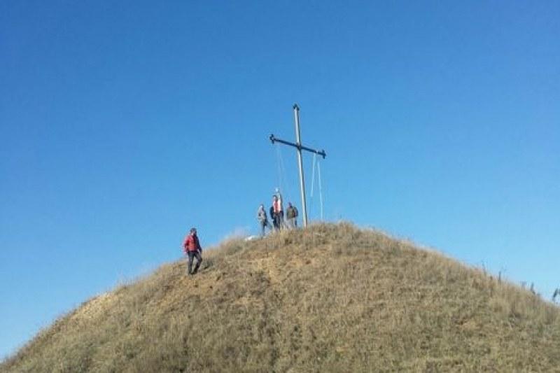 Доброволци издигнаха кръст да бди над село Цалапица