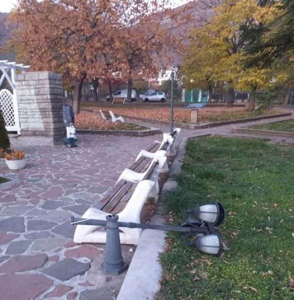 Вандали отново вилняха в Сопот, строшиха лампа в парк