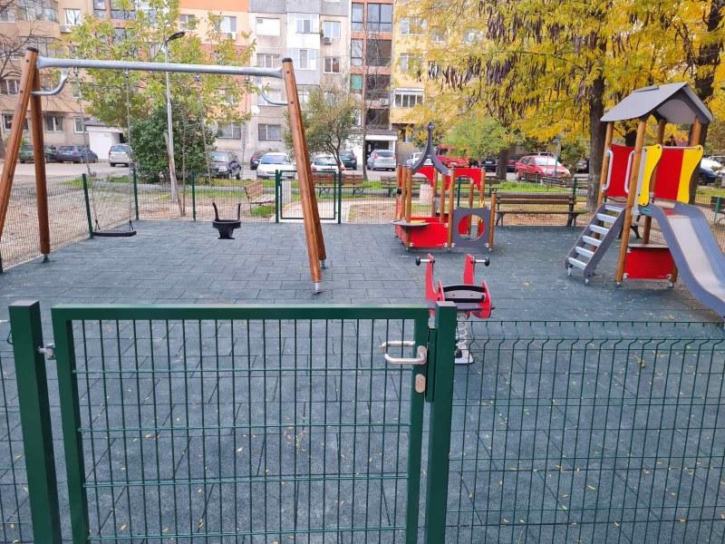 """Чудесна нова детска площадка и игрища се появиха в """"Източен"""""""