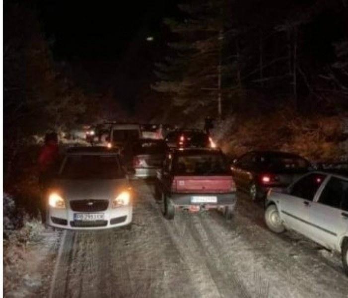 Гонки, дрифтове и ударени коли на пътя между Копривките и Бяла черква