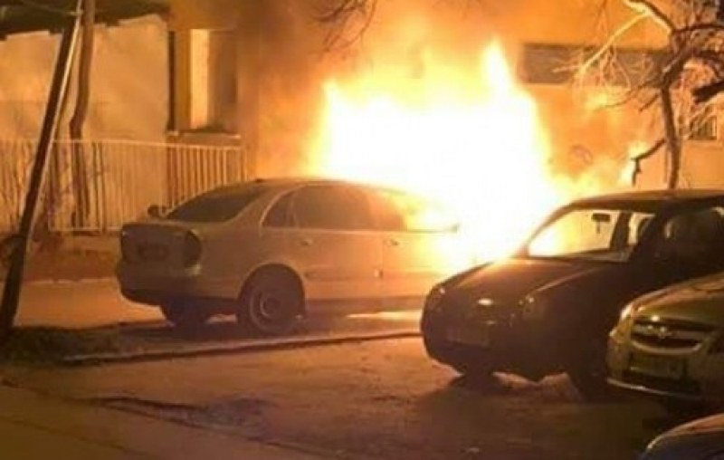 Кола горя посред нощ в Асеновград