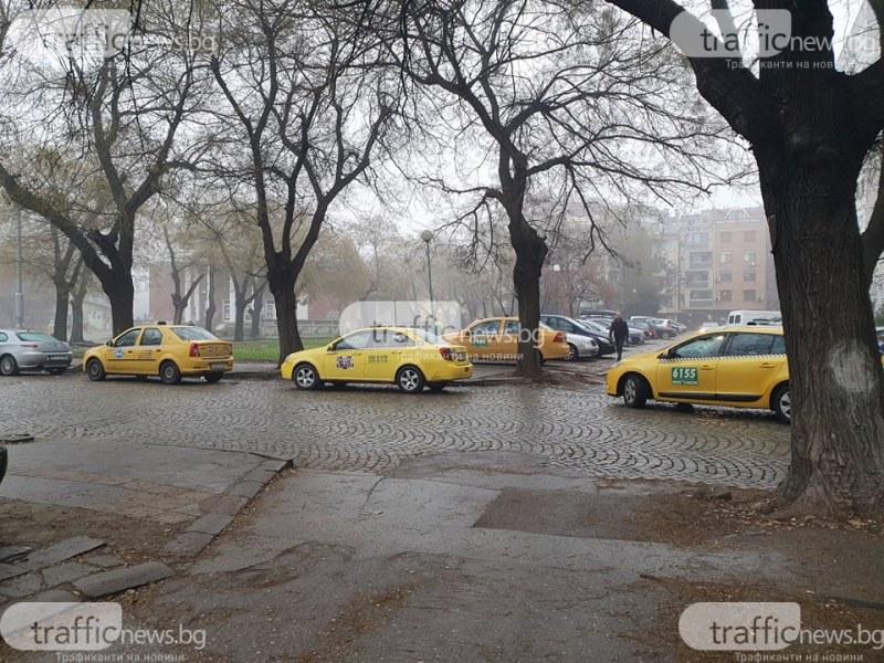 Таксита окупираха офиса на фирма в Кючука, четвърти ден не могат да работят