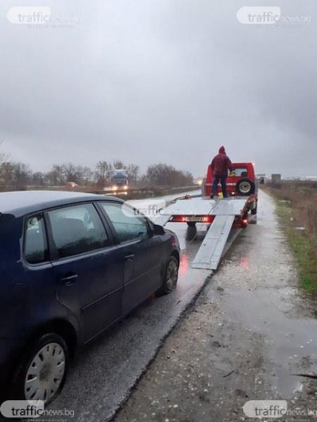 Дупка, прикрита от дъждовна вода в Пловдивско, разкъса гумите на няколко коли