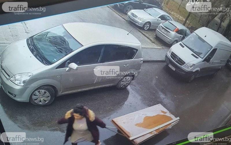 Яка жена от Пловдив отмъкна 120-килограмова блиндирана врата и си я занесе вкъщи
