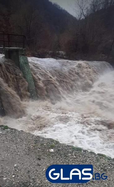 Овладяна е ситуацията в критичните точки в Пазарджишко заради падналите валежи