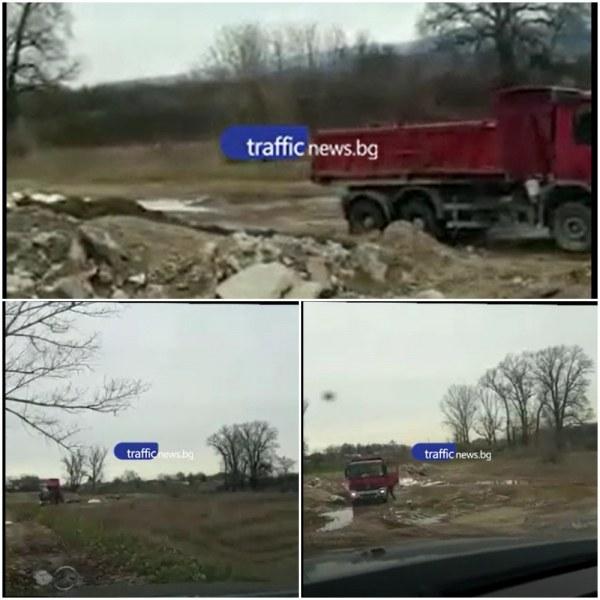 Камион разтоварва строителни отпадъци до река Въча край Стамболийски