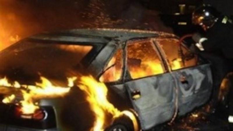 Пожар унищожи автомобила на 36-годишен карловец