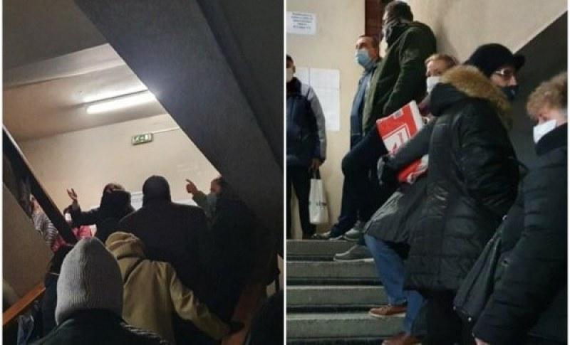 Хора чакат с часове пред Агенцията по кадастъра в Пловдив във време на пандемия
