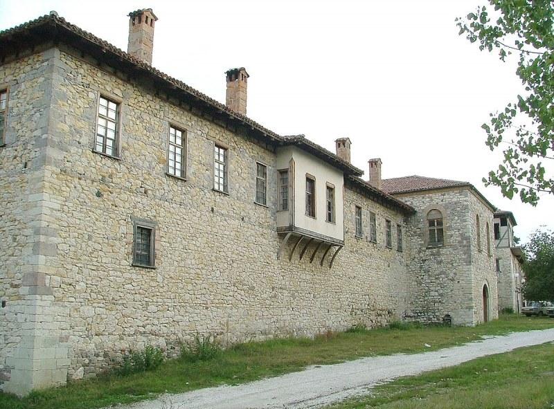 Крадци посегнаха на манастир край Асеновград, жена задигна златни бижута