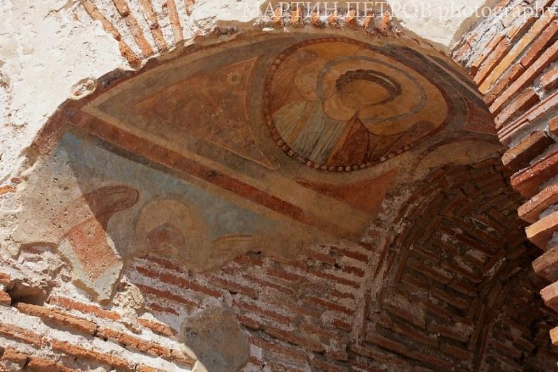Видео показва уникални стенописи от Червената църква край Перущица