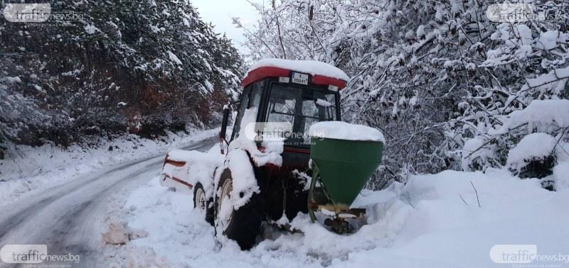 След дълбокия сняг към Връховръх - пътят е почистен