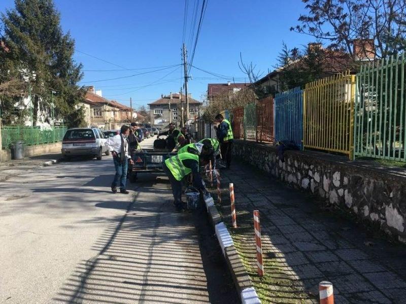Продължава боядисването на бордюрите и по малките улички в Стамболийски
