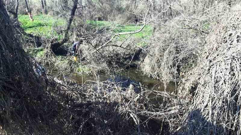 Почистват основно коритото на Бяла река в Първомайско