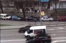 Юмруци и ритници на пловдивски булевард! Шофьори се сбиха
