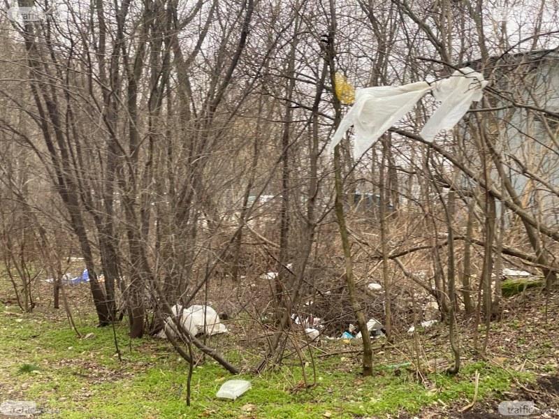 """Парк """"Лаута"""" пак осеян с боклуци - стиропор, кутии, найлони и дори кофа от боя"""