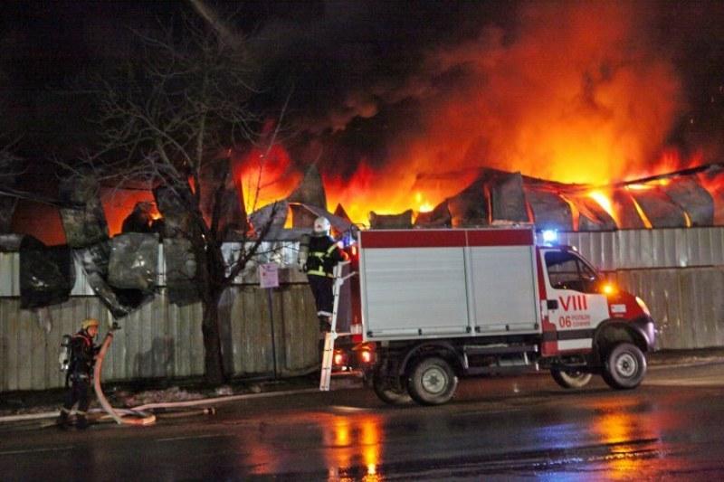 Голям пожар гори в село Труд, три пожарни пътуват към мястото