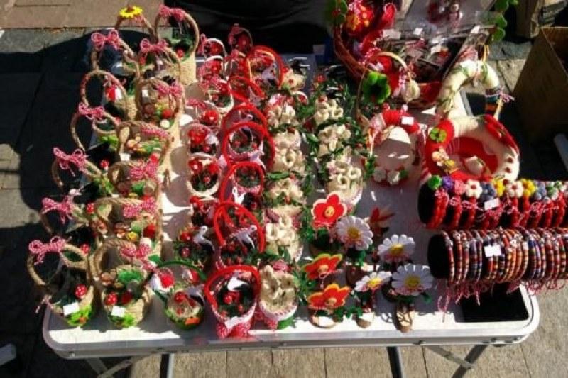 Красиви мартенички в центъра на Карлово, ковид не попречи на традицията