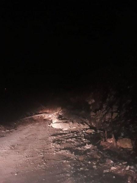 Пътят между Асеновград и Смолян затворен заради свлачище