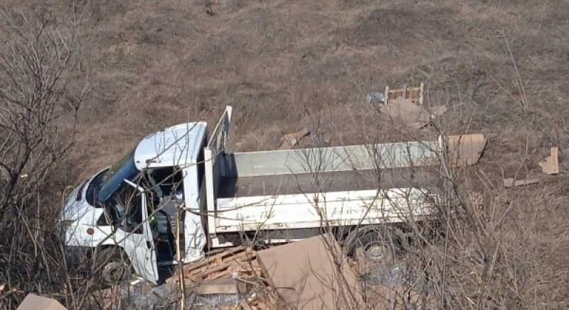 Катастрофа край Радиново, камион е извън пътя след удар