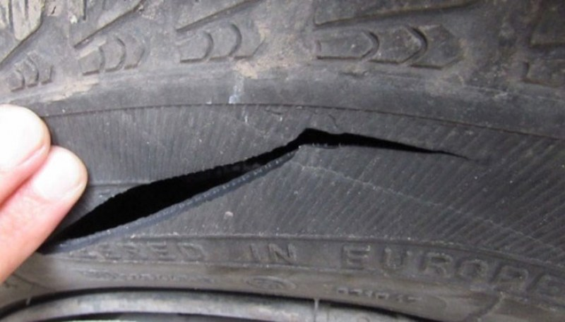 Вандал реже гуми на коли в Първомайско, спипаха го