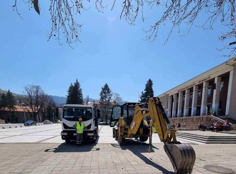 Започва ремонтът на площада в Перущица, направиха първа копка