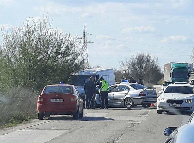 Челна катастрофа на пътя за Бенковски, шофьорите откарани в болница с травми
