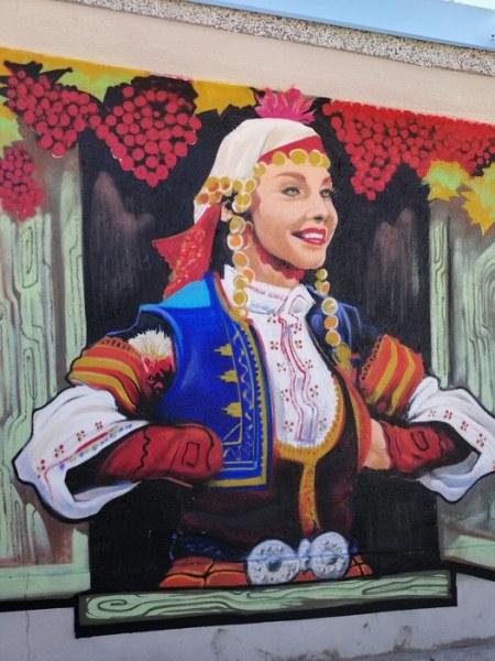 Прекрасен женски образ - нова рисунка в хисарското село Старо Железаре