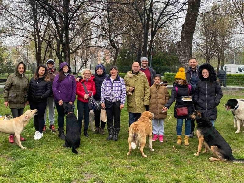 """Откриха обновената площадка за разходка на домашни кучета в """"Тракия"""""""