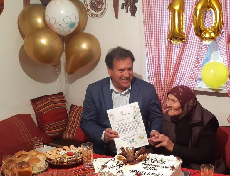 Баба Мина - нова столетница в община Съединение, кметът лично я поздрави