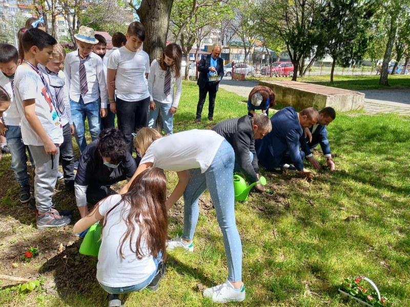 Четвъртокласници в Пловдив пяха, танцуваха и садиха цветя за Деня на Земята