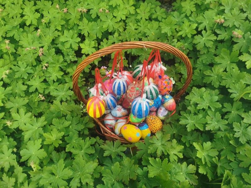 Деца украсиха с пъстри яйца дръвчета в центъра на Съединение