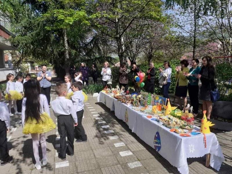 Дечица от Перущица се постараха за празника - направиха украса, танцуваха и рецитираха