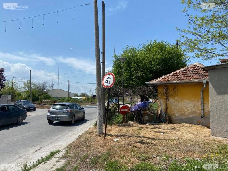 Грозна сцена на жп прелеза между Карловско и Брезовско шосе, полицаи заплашват служителка