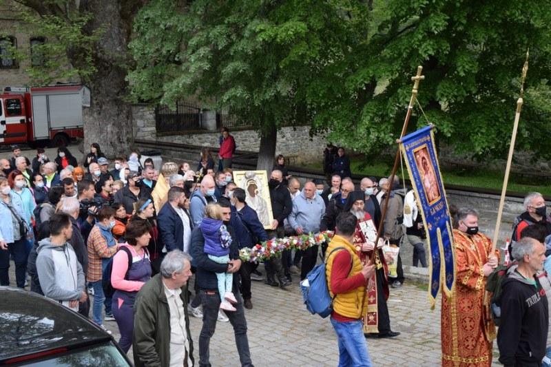 """Литийното шествие на Бачковския манастир се случи, но в """"облекчен"""" вариант"""
