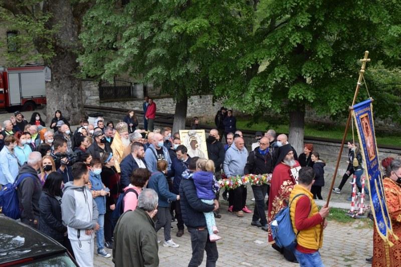 Тръгна шествието с чудотворната икона на Богородица от Бачковския манастир