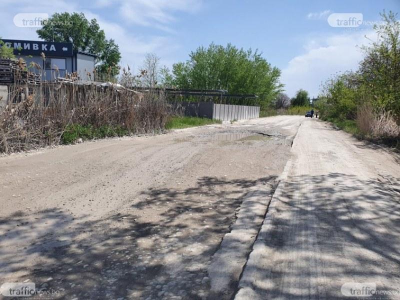 Огромни ями, изяден асфалт, пропаднали шахти - това представлява пресечка на Рогошко шосе