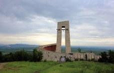 Утре е акцията по почистването край Паметника на трите поколения над Перущица