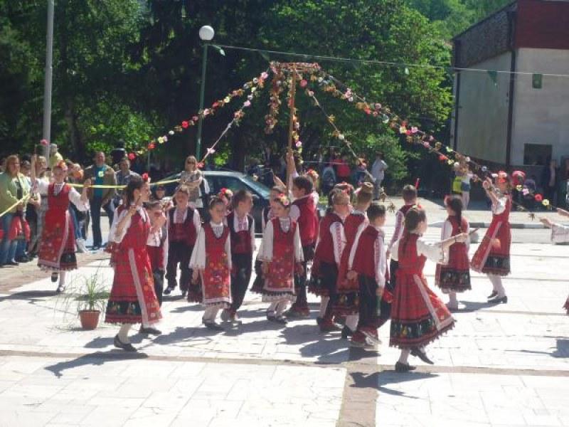 Голям фестивал в Перущица! Канят певци, танцьори, кукери, школи по изкуства и занаяти