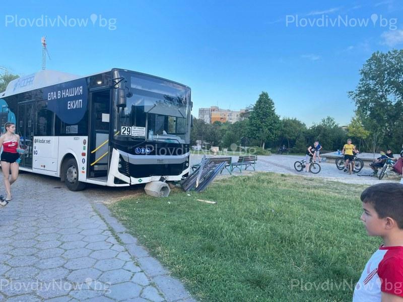 Катастрофа в Тракия! Рейс излезе от пътя и се заби в пейка