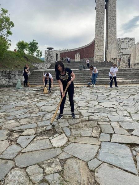Почистен е паметникът над Перущица, кметът благодари на доброволците