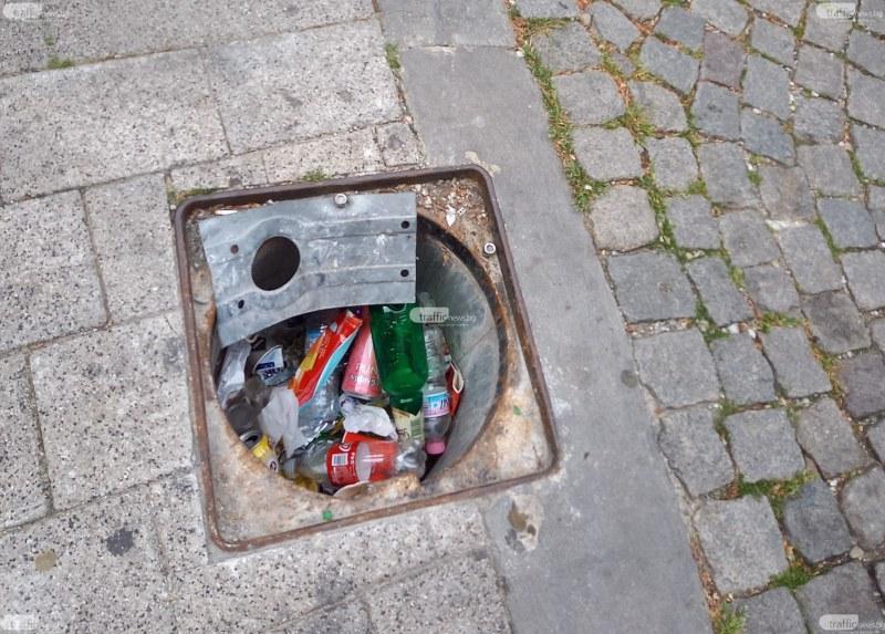 Шахта в центъра на Пловдив - капан за минувачите и място за боклук