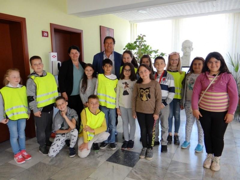 Деца и тийнейджъри от Съединение гостуваха в Общината