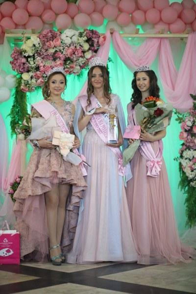 Елена от Кричим стана Царица на розата, първа подгласничка е Мария от Хисаря