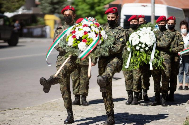 Граждани и военни почетоха в Сопот паметта на ген. Владимир Вазов