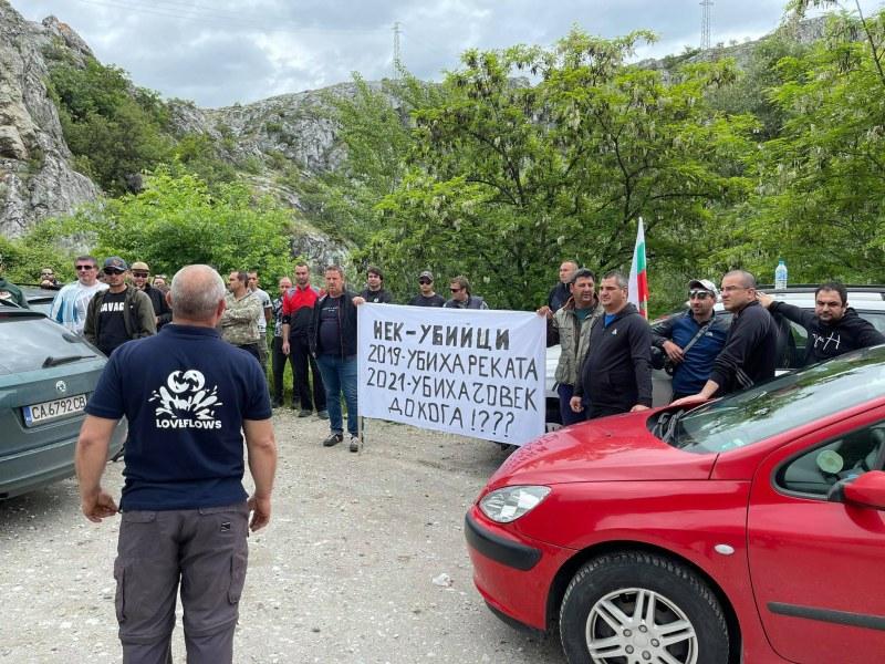 Риболовци на протест на пътя Кричим-Девин заради смъртта на рибар, отнесен от водата на ВЕЦ