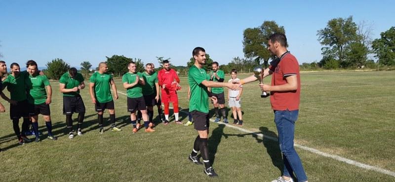 Футболистите от село Голям Чардак станаха шамиони в групата си