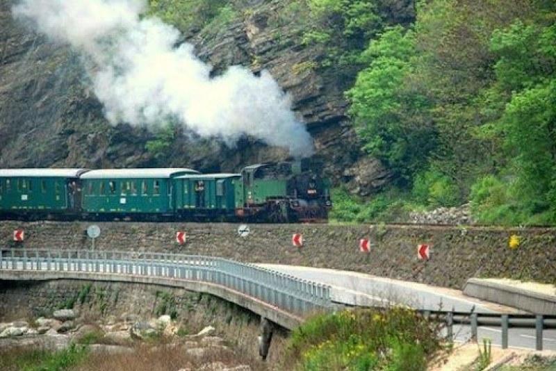 Теснолинейката на 100 години! Пускат парен локомотив за юбилейно пътуване