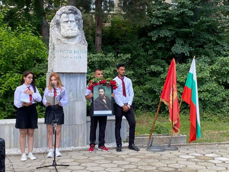Гимназията в Перущица отбеляза патронния си празник, специален гост беше кметът