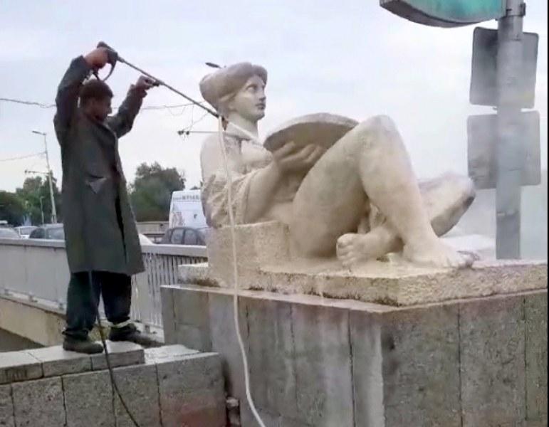 """""""Изкъпаха"""" скулптурите на моста на Панаира в Пловдив"""